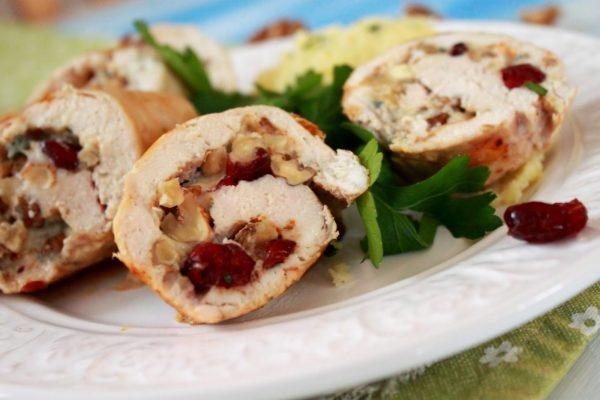 Мясной рулет с клюквой, голубым сыром и орехами