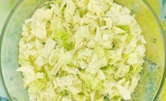 Салат с яйцами, редисом и горошком