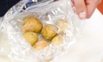 Молодой картофель со сметаной